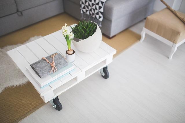 bílý stůl