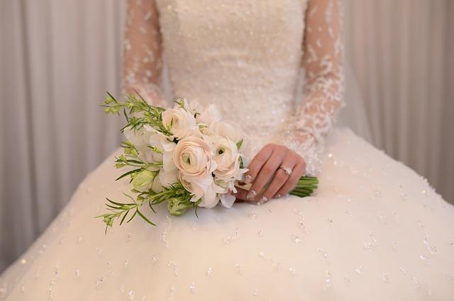 nevěsta a kytice.jpg