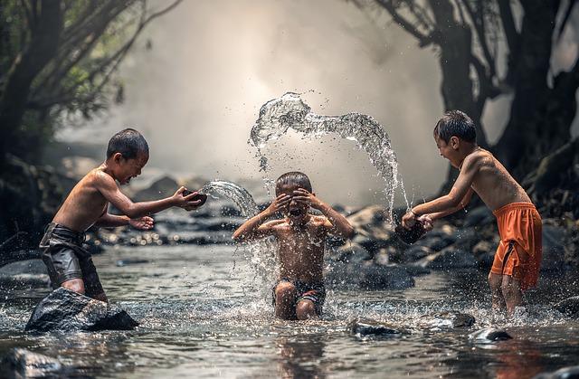 chlapci v řece