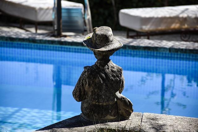 socha u bazénu