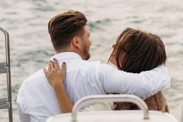 Žena s mužem na pláži blízko u sebe