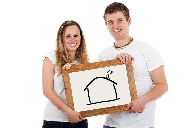 pár s obrázkem domu