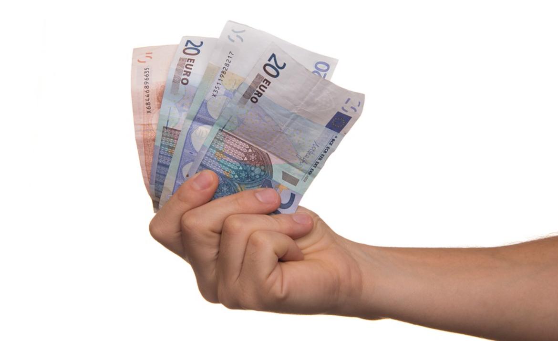 ruka a peníze
